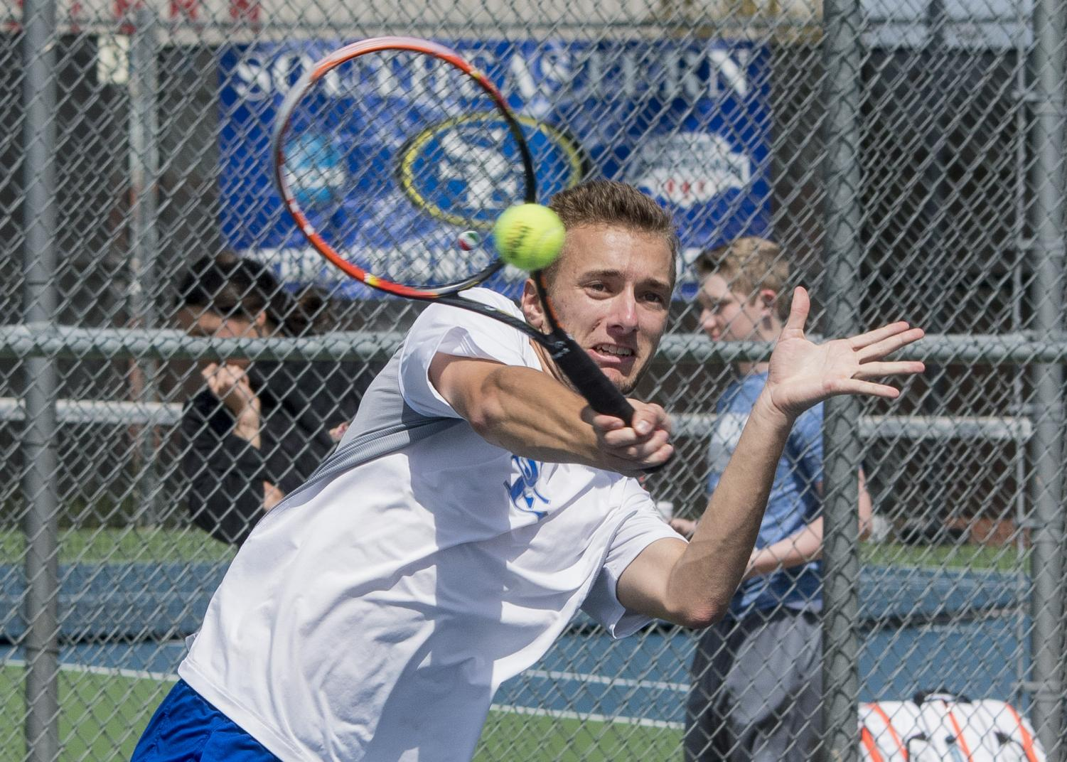 Southeastern men's tennis dropped a trio of doubles matches and struggled to recover in a 5-1 loss to Midwestern on March 31.